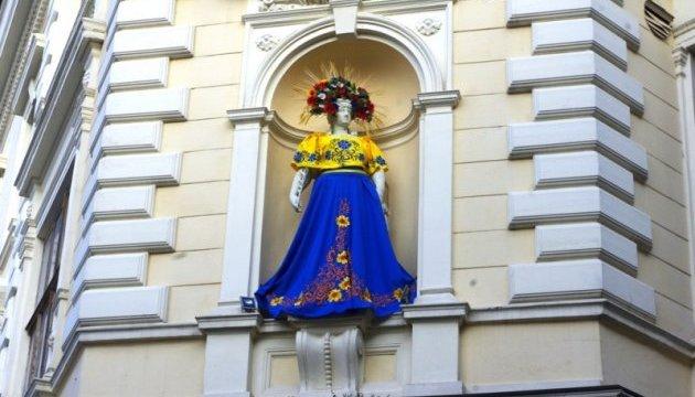 У Чернівцях статую Європи вдягнули у синьо-жовті строї