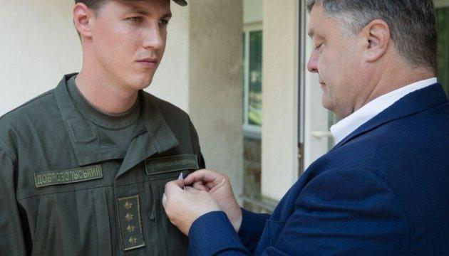 Порошенко нагородив нацгвардійця, який врятував жінку після вибуху на Грушевського