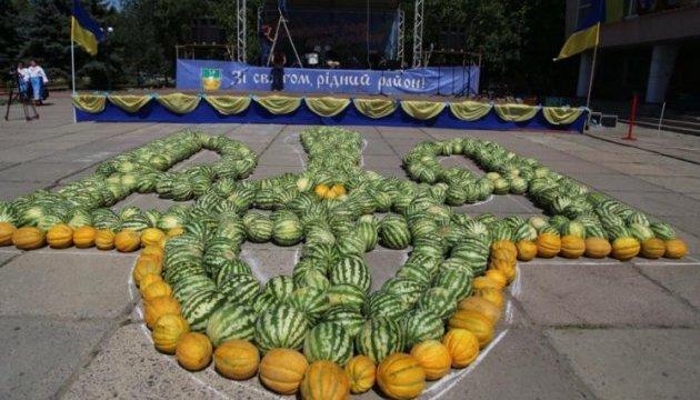 На Херсонщине из двух тонн арбузов и дынь выложили герб Украины