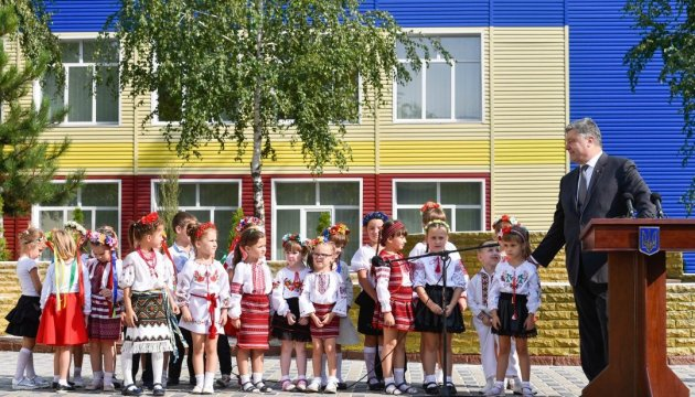 Kinder aus dem Donbass singen Nationalhymne