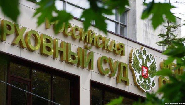 «Суд» у Криму переслідує жінку за одиночний пікет на підтримку чоловіка і батька