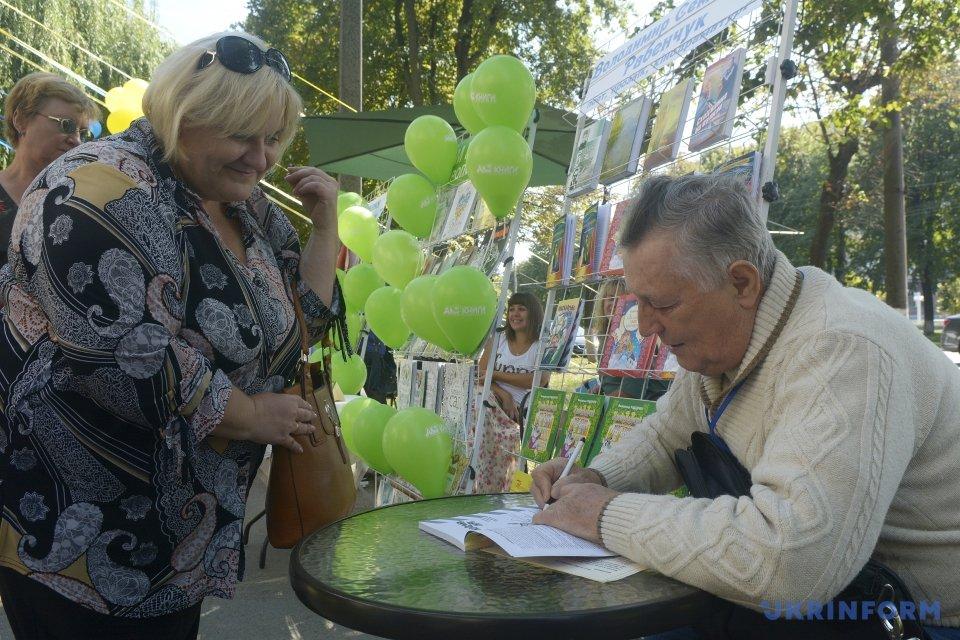 Письменник Володимир Рабенчук підписує книгу