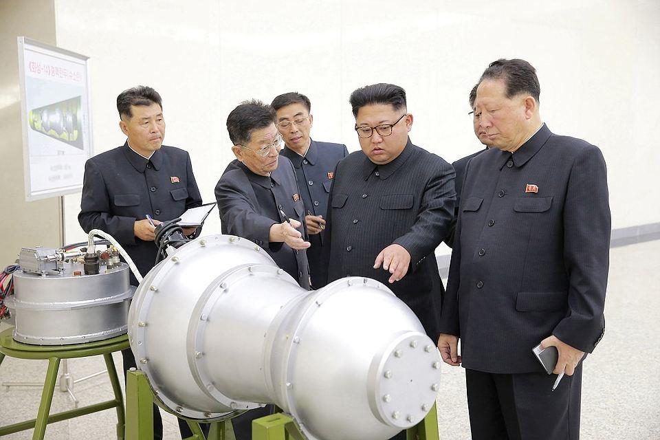 Лідер КНДР Ким Чен Ин (в центрі) дає вказівки про розвиток ядерної програми