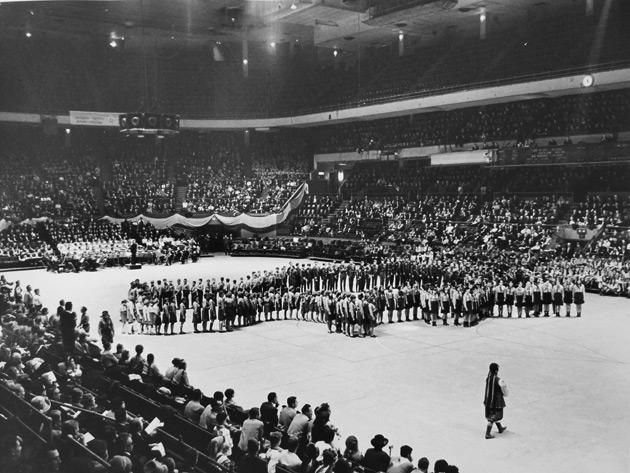 Перший Конгрес СКВУ. Маніфестація в Медісон сквер гардені. Нью-Йорк. 1967 рік. Архів СКВУ/СКУ