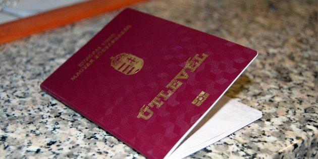 Починаючи з 2010 року в українському Закарпатті масово роздаються угорські паспорти
