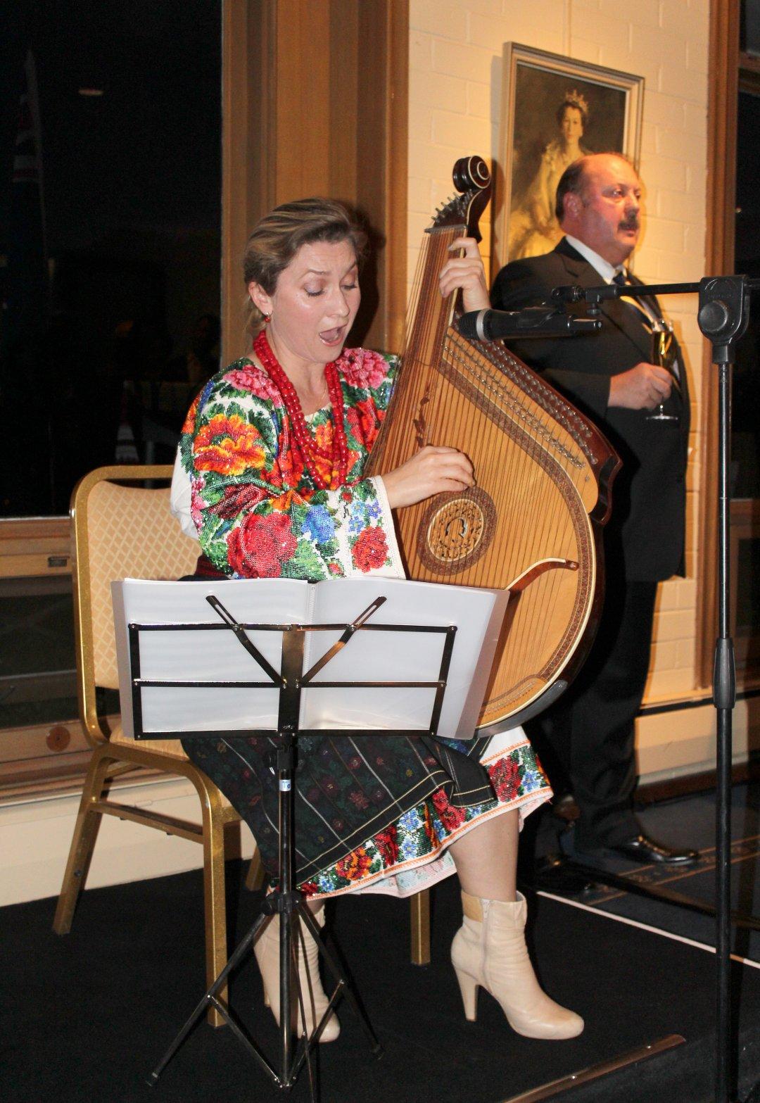 Золотий голос України в Австралії сіднейська бандуристка Лариса Ковальчук виконує національний гімн України