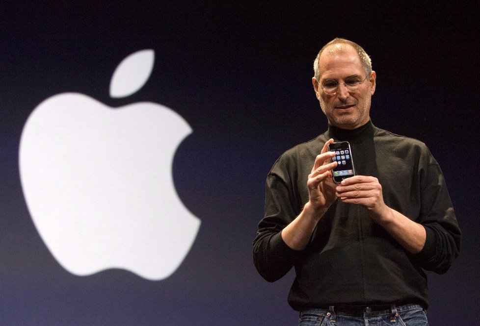 Перший iPhone в руці Стіва Джобса - екс-глави і співзасновника Apple Inc.