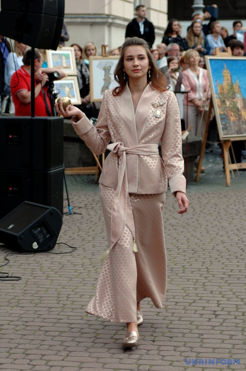 Модель під час демонстрації колекції дизайнер-модельєра, організатора проекту Івони Лобан