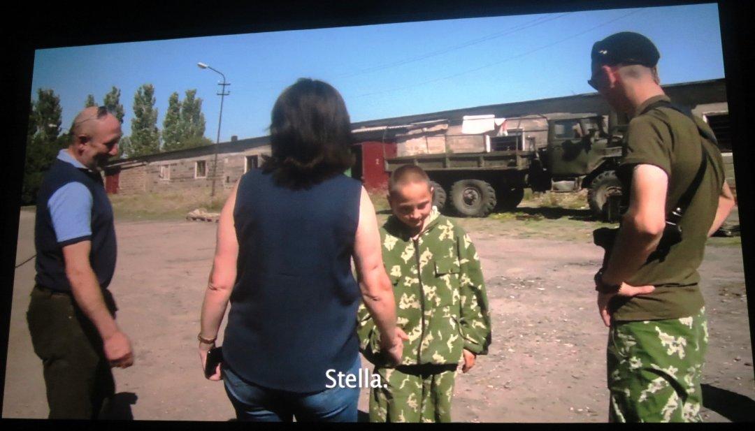 Олег показывает маме Стелле