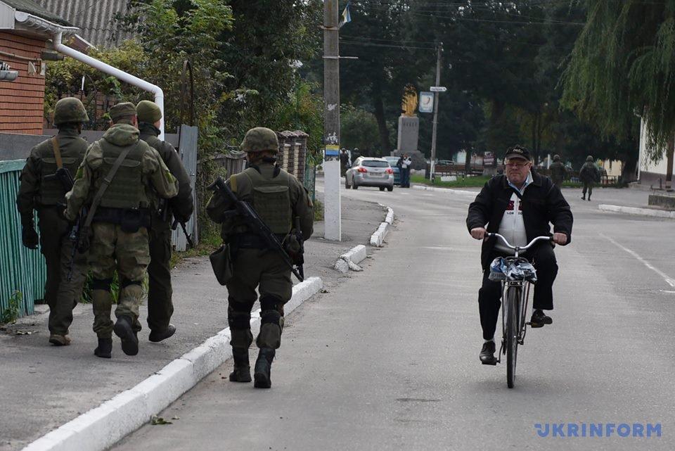 Військові на території населеного пункту, що опинився в епіцентрі вибухів/ Фото Андрія Кравченка
