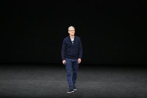 Глава Apple стал миллиардером - Bloomberg
