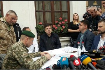 Des agents de la police et du Service national sont venus à l'hôtel de Saakachvili
