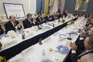 波罗申科会见美国优先企业代表