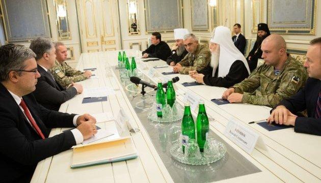 Порошенко вимагає припинити напади на Українську церкву в окупованому Криму