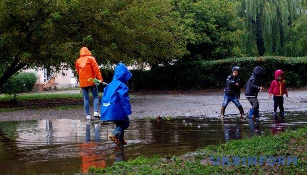 Українців чекає дощовий і вітряний понеділок