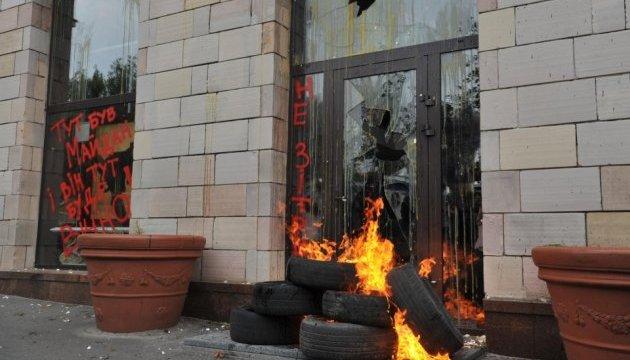 Поліція розслідує знищення графіті на Грушевського та погром магазину