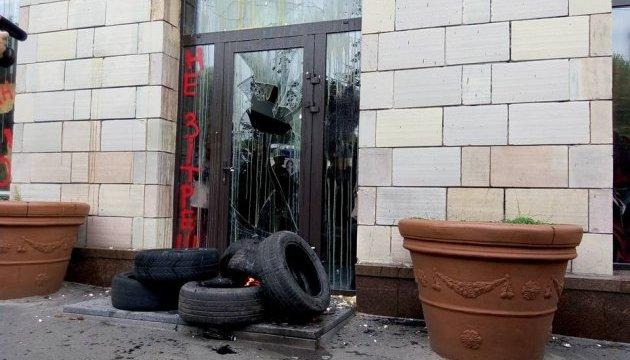 Знищення графіті на Грушевського: магазин обіцяють