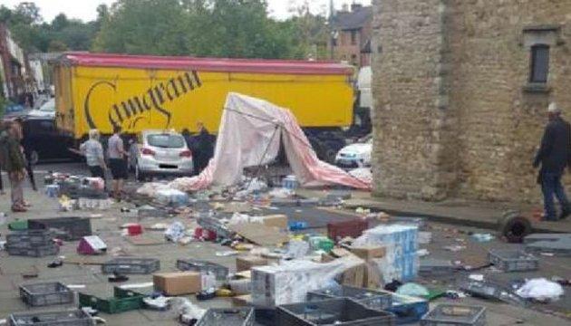 У Британії автівка в'їхала у ринок, двоє людей травмовані