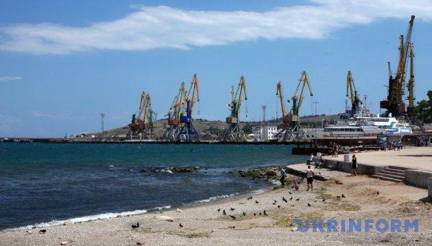 МінТОТ нарахував 30 вантажних суден-порушників у кримських портах