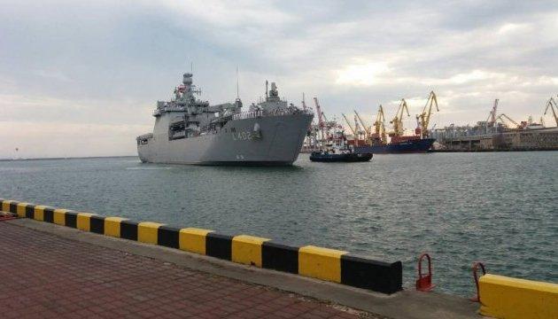 В порт Одессы зашел турецкий десантный корабль Bayraktar