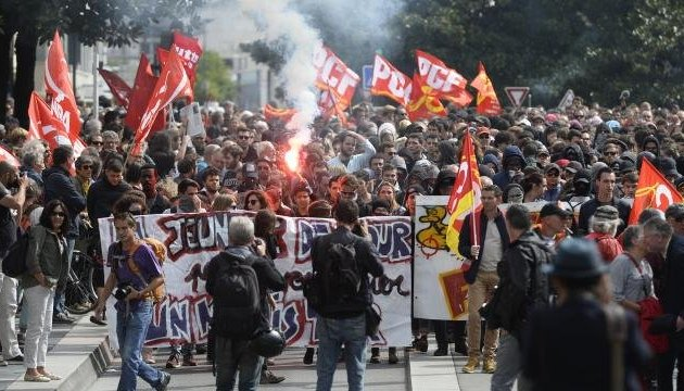 Прем'єр Франції обіцяє провести трудову реформу, незважаючи на протести