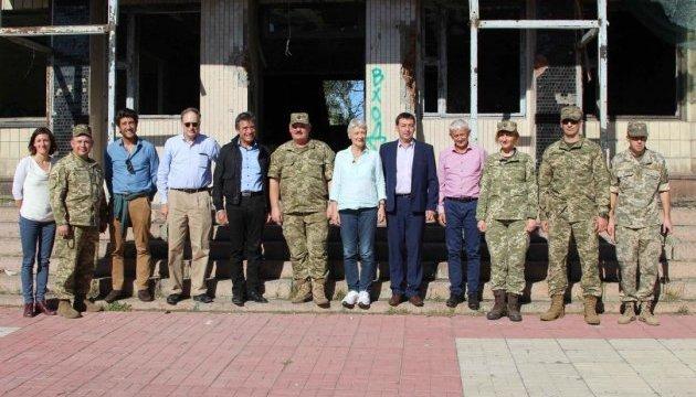 European politicians, journalists visit conflict zone in Donbas (Photos)