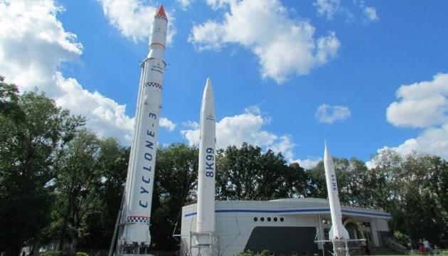 Порошенко привітав працівників ракетно-космічної галузі України зі святом