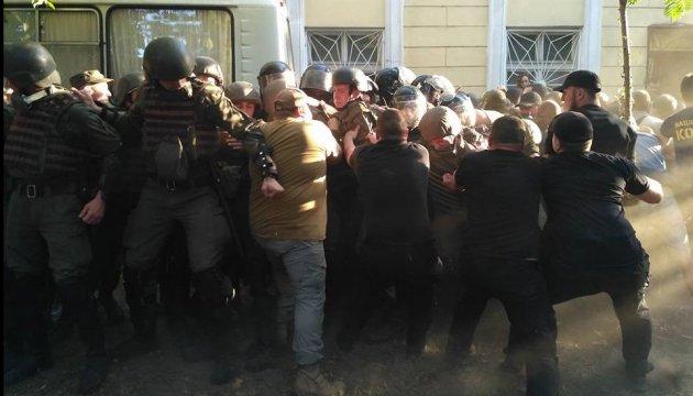 Дело 2 мая: активисты в Черноморске атаковали суд, полиция применила газ