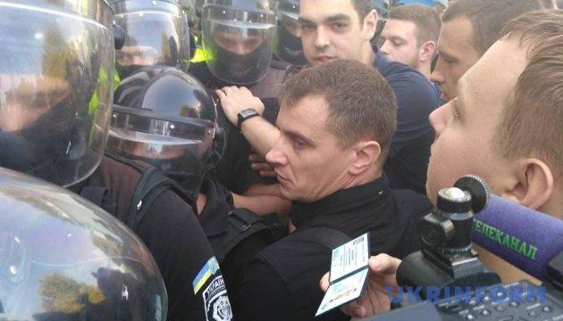 В Одесі - мітинг зі штовханиною: вимагають відставки мера і всіх депутатів міськради
