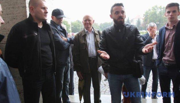 В Ужгороді під облрадою - пікет проти звернення до Президента щодо закону про освіту