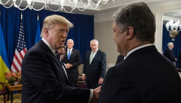 Порошенко в Париже провел встречу с Трампом
