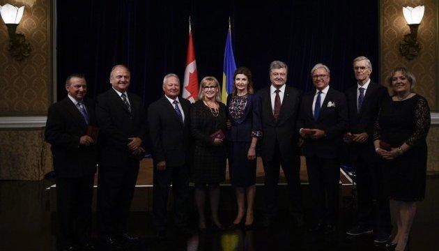 Порошенко вручил государственные награды канадским украинцам