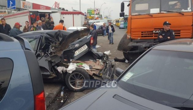 На в'їзді в Київ зіштовхнулися КамАЗ і п'ять легковиків