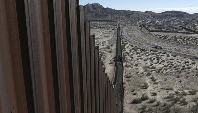 США почали будувати прототип стіни на кордоні з Мексикою