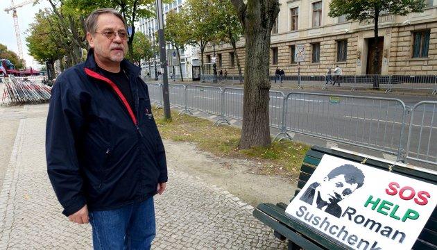 Активисту давали €25 тысяч за прекращение пикетов под посольством РФ в Берлине
