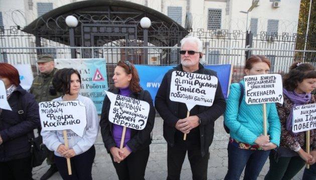 Зниклі у Криму: біля посольства РФ у Києві - знову пікет