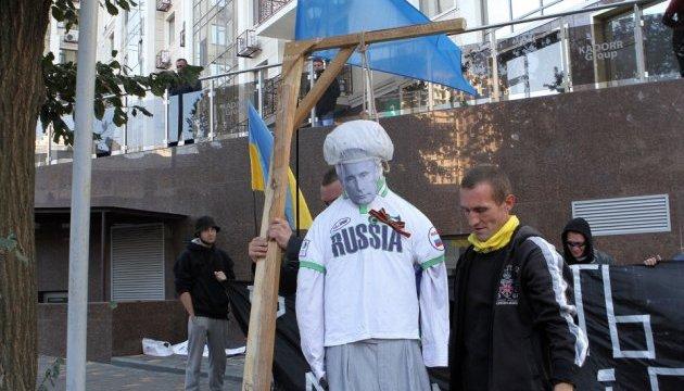 Біля генконсульства РФ у Одесі пікетувальники повісили опудало Путіна