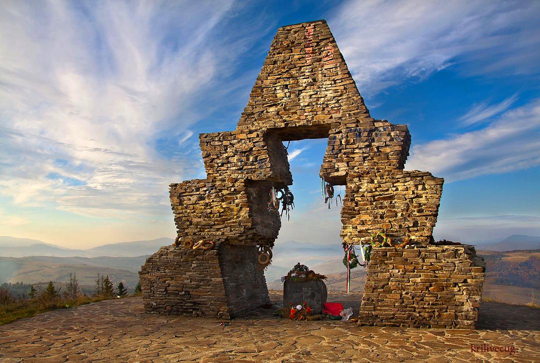 Пам'ятний знак на Верецькому перевалі з нагоди 1100 роковин переходу фіно-угорських племен через Карпати