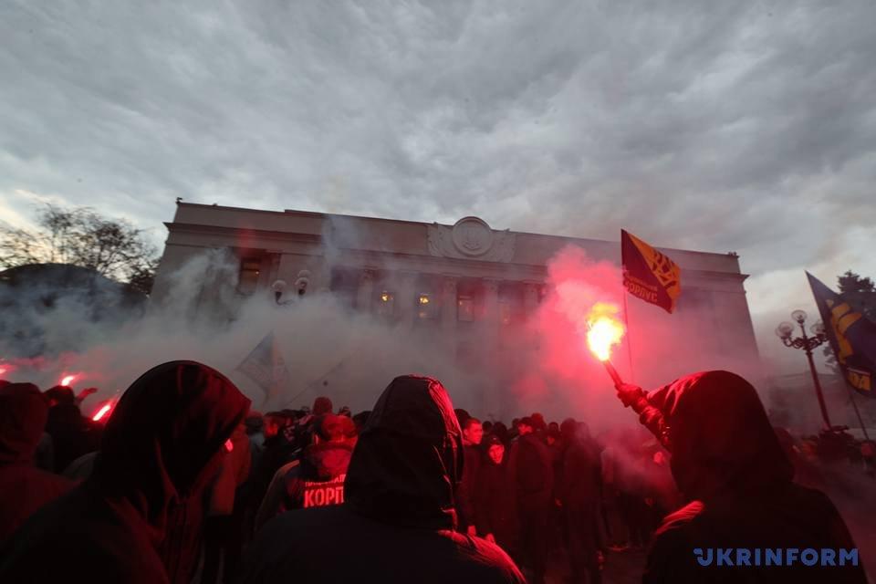 Активисты под стенами Верховной Рады сказали, что готовы кштурму парламента