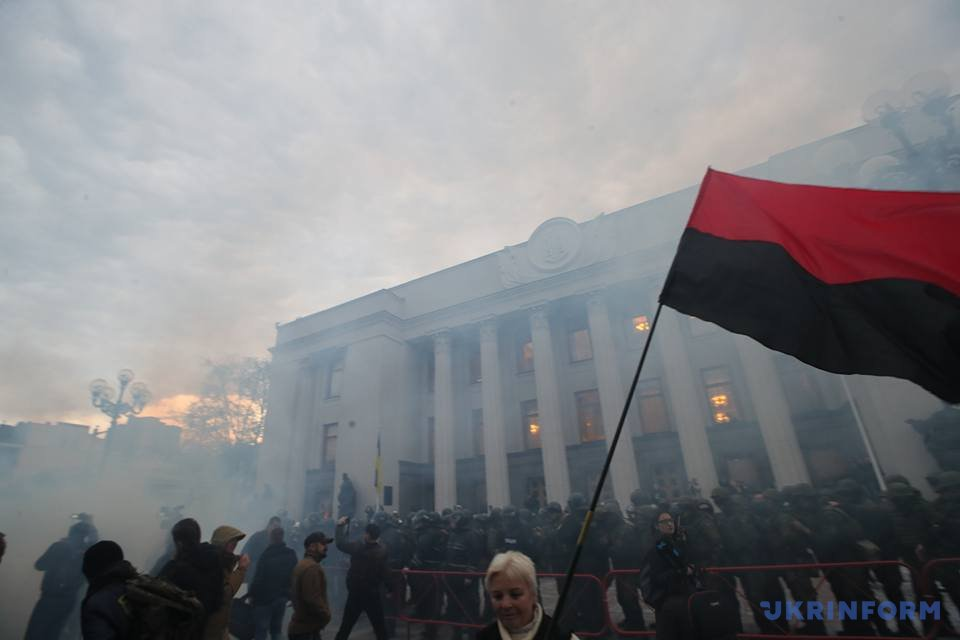 Устен Верховной Рады произошла потасовка между «Национальным корпусом» иполицией