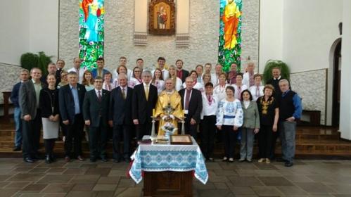 Е. Чолій та Архієпископ і Митрополит В. Ковбич (у центрі) з українською громадою в Парафії Різдва Пресвятої Богородиці