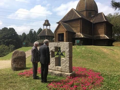 Зліва направо: В.Соротюк і Е.Чолій перед пам'ятником жертвам Голодоору