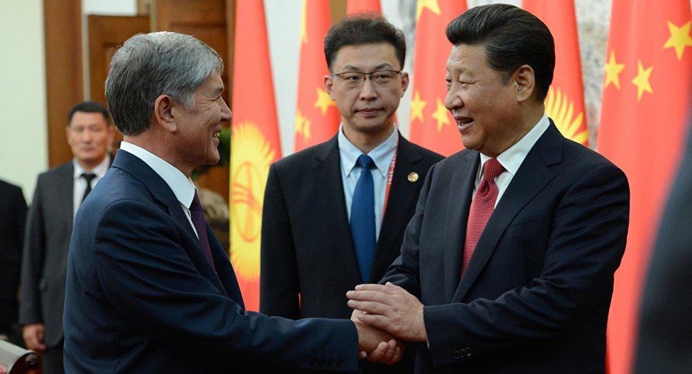 Екс-президент Киргизстану Алмазбек Атамбаєв (ліворуч) та Голова КНР Сі Цзіньпін