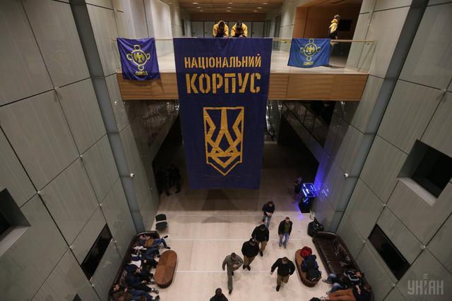 Азовці вивісили прапор всередині будівлі КВЦ