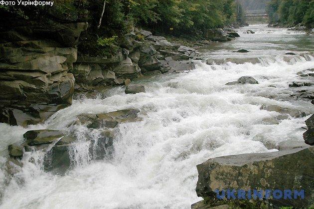 Ріка Прут в районі Довбушевого водоспаду. Фото: Володимир Тарасов