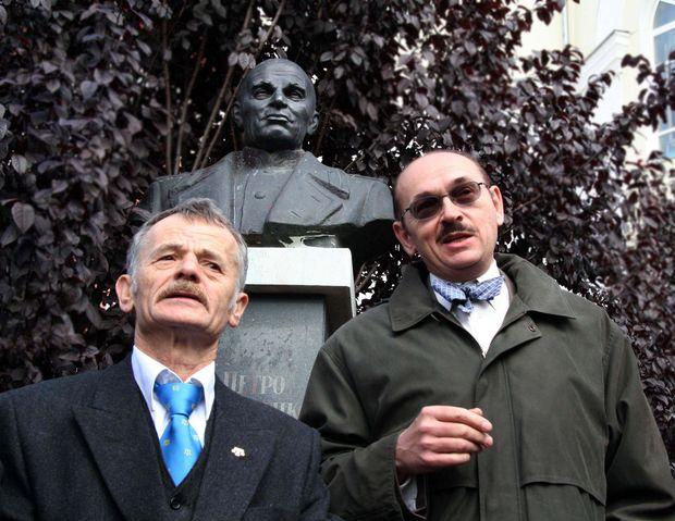 Біля пам`ятника Петру Григоренку