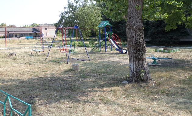Дитячий майданчик поруч із гімназією