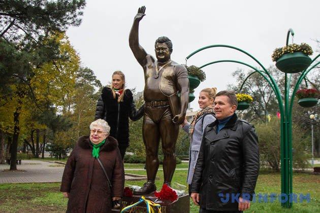 Родичі відомого важкоатлета Леоніда Жаботинського біля пам'ятника