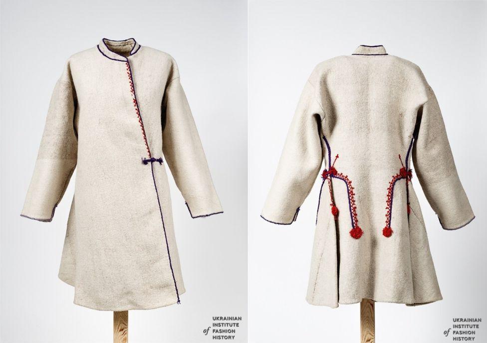 Поліська жіноча свита з білого овечого сукна, оздоблена вовняними шнурами та китицями. Початок ХХ століття. Рівненська область, Сарненський район