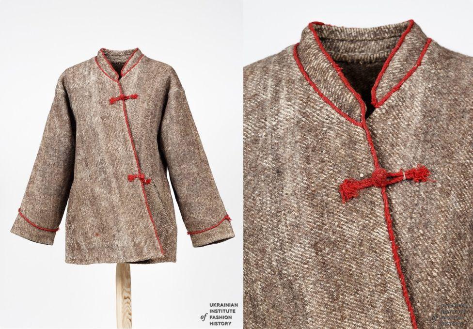 Курта (куртак) - традиційний верхній одяг селян. Пошитий із рядовини, доморобної тканини з лляної нитки із вовняним підтканням. Початок ХХ століття. Рівненська область, Сарненський район